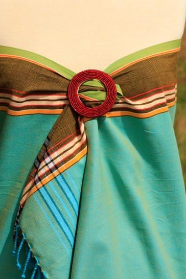 Kikoy in Eisgrün als Wickelkleid dekoriert