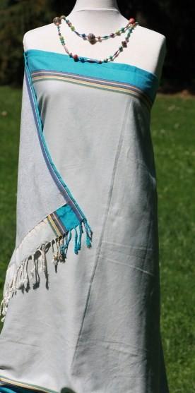 Silbergraues Strandtuch mit Türkis