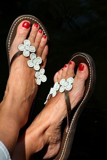 Zehensandale mit weißen Blumen aus Perlen