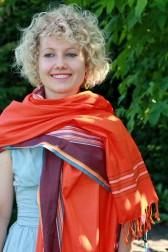 Kikoy als Schal in Orange und Maronefarben