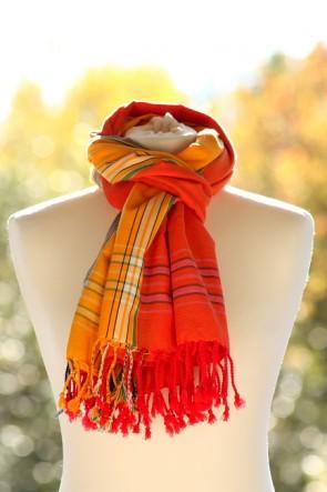 Kikoy als Schal in Feuerrot-Orange