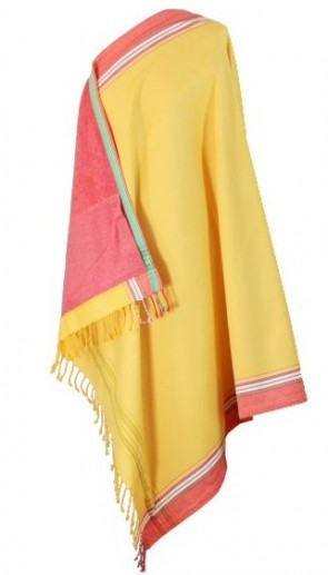 Gelb mit rotem Futter ist das Kikoy-Strandtuch
