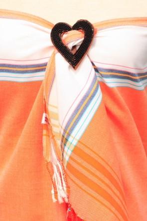 Kikoy als Wickelkleid mit Brosche gehalten