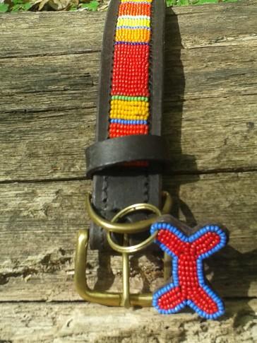 Rot gestreiftes Hundehalsband aus Afrika