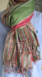 Schöner Grün-Rot gestreifter Softkikoy-Schal