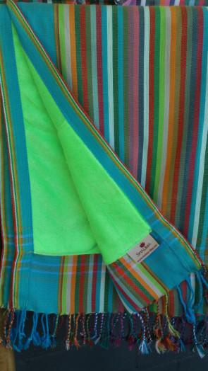 Gestreiftes Kikoytowel mit neongrünem Handtuch